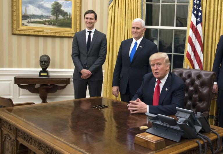 WAP20170120393. Washington (United States), 21/01/2017.- US President Donald J. Trump (C) speaks to members of the media before signing a confirmation for Defense Secretary James Mattis, after Trump was sworn in as the 45th President of the United States in the Oval Office at the White House in Washington, DC, USA, 20 January 2017. Trump won the 08 November 2016 election to become the next US President. (Estados Unidos) EFE/EPA/KEVIN DIETSCH / POOL